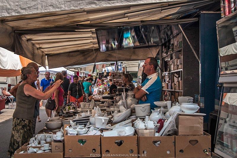 Marknadsstånd med porslin
