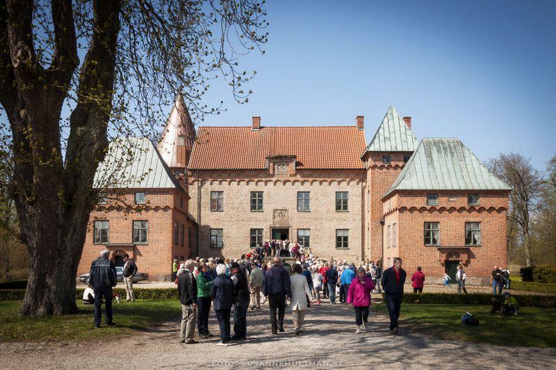 Köer av slottsbesökare vid huvudentrén