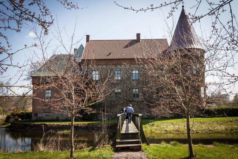 Baksidan av slottet med bron över Bråån