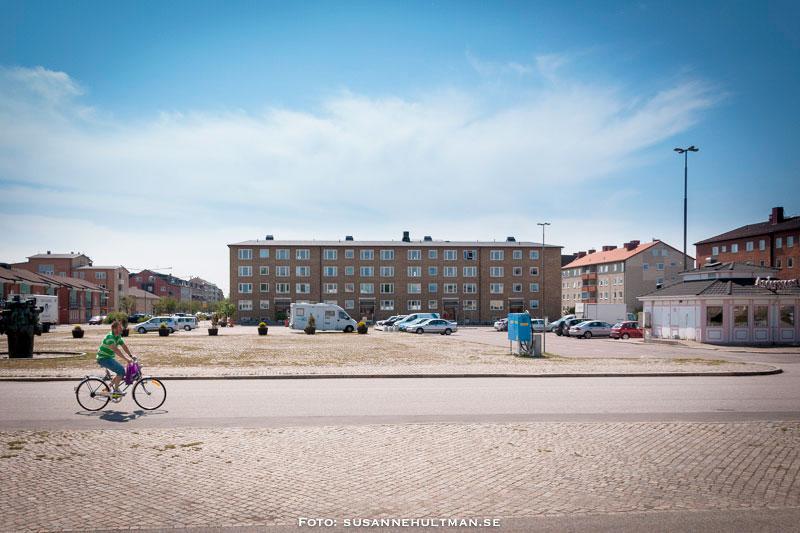 Det öde Föreningstorget med en cyklist och Anderssons  gatukök till höger.