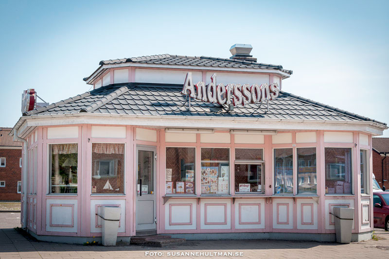 Anderssons gatukök är rosa och vitt
