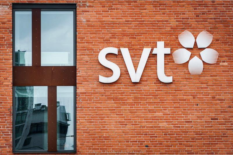 Tegelvägg med texten SVT bredvid ett fönster