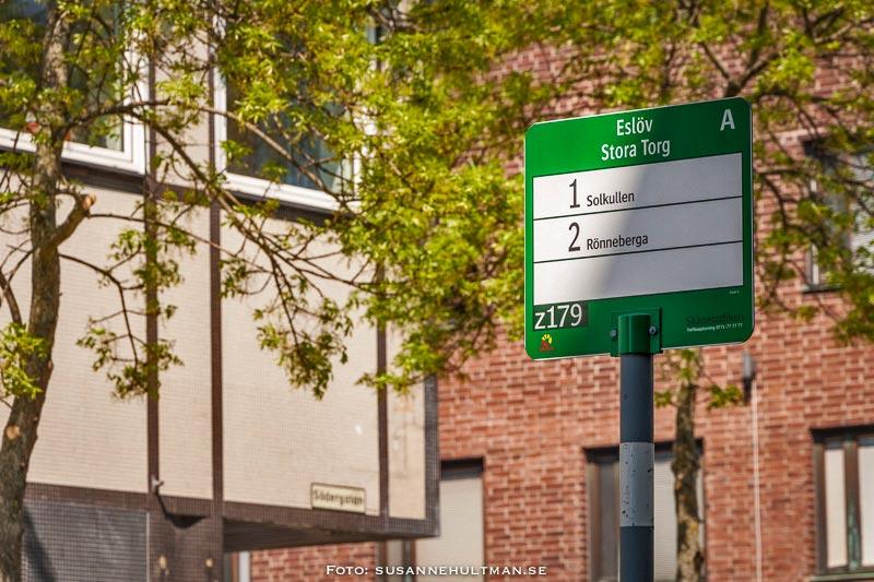 Grön skylt på busshållplatsen