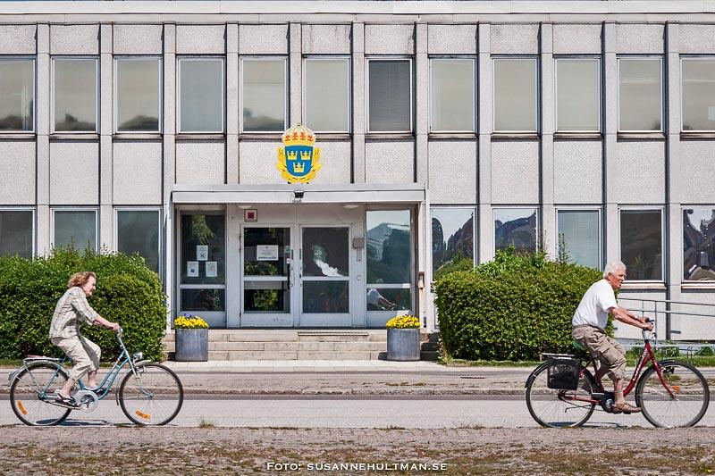 Två cyklister cyklar förbi Eslövs polishus