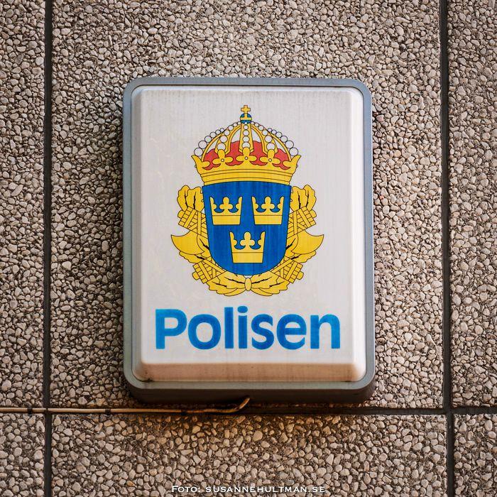 Polisskylt på vägg