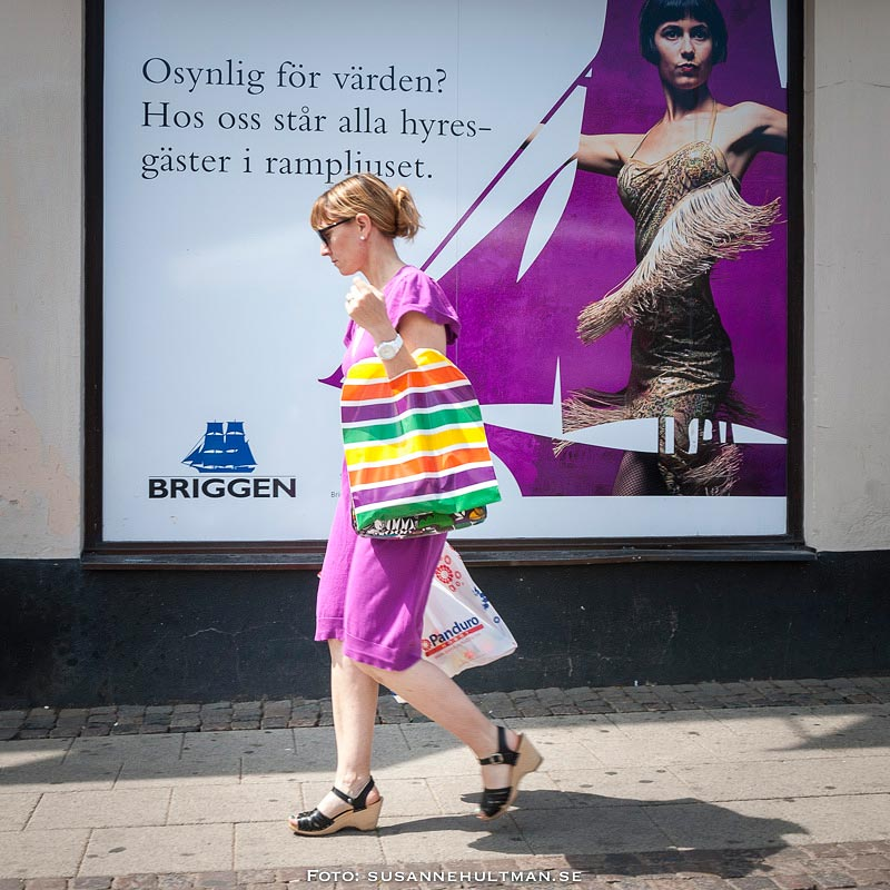 Flicka med shoppingkassar