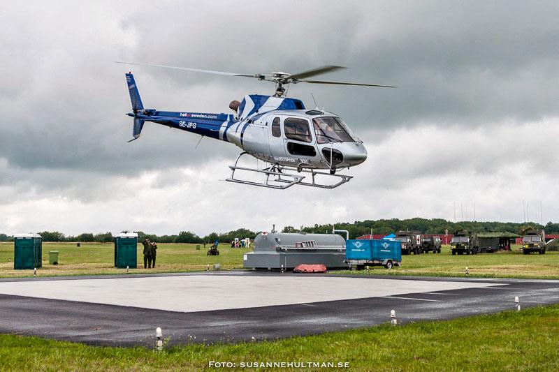 HeliAirs helikopter ovanför den nya helikopterplattan