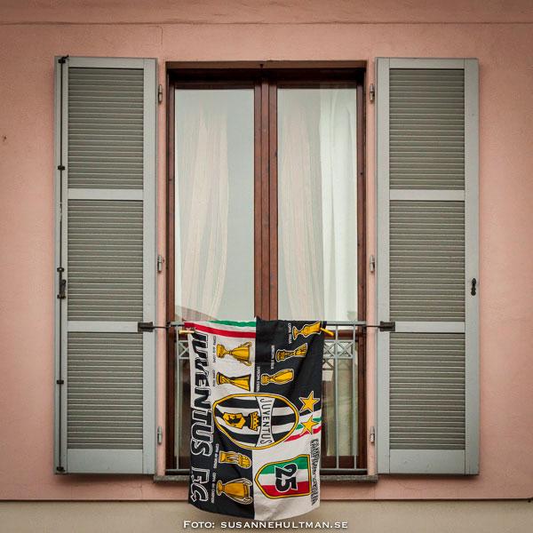 Fönster med Juventusflagga
