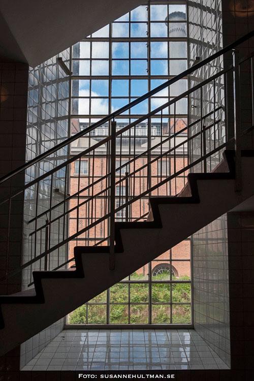 Trappa framför stort fönster