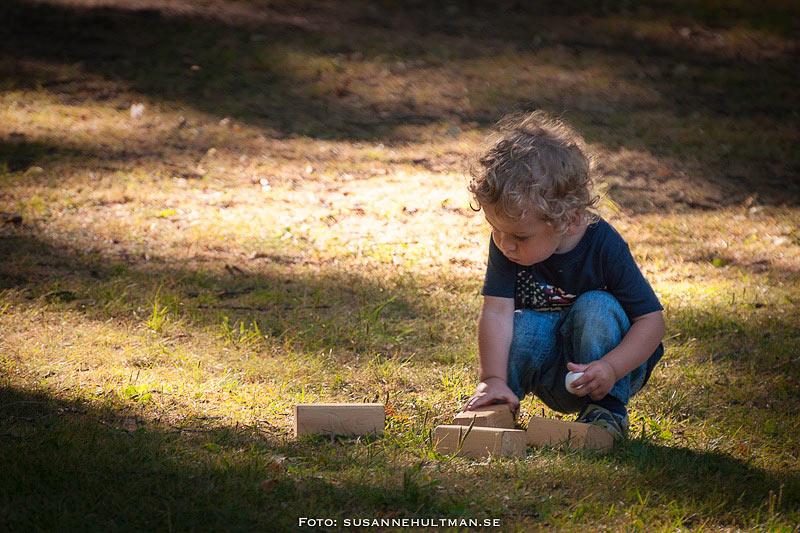 Barn som leker i gräset