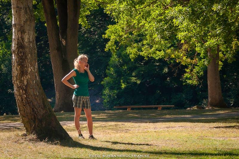 Kvinna som pratar i mobil