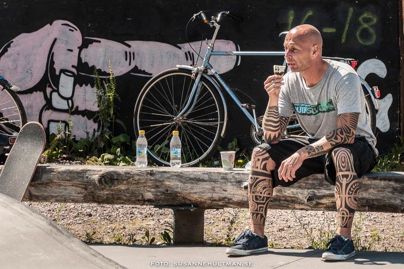 Tatuerad man som äter glass