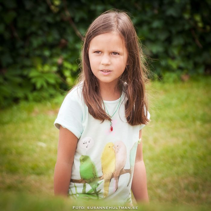 Kisande flicka på gräsmatta