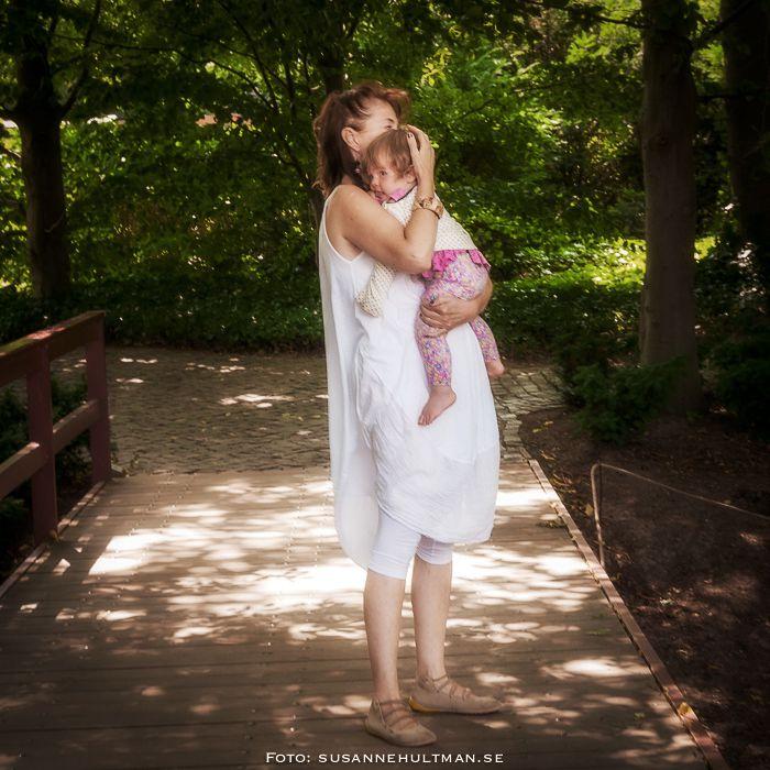 Kvinna med ett barn i famnen