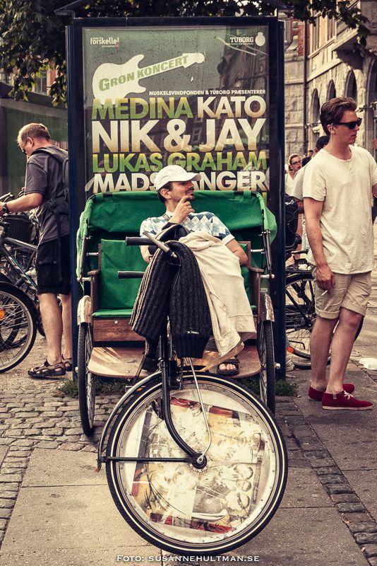 Man på cykelvagn med skylt om Grøn koncert