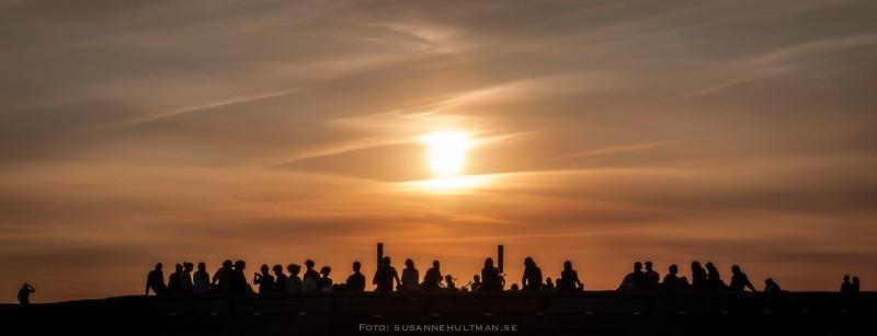 Människosilhuetter i solnedgångsljus