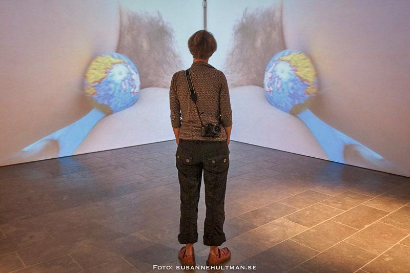 Kvinna framför konstverk med två underliv