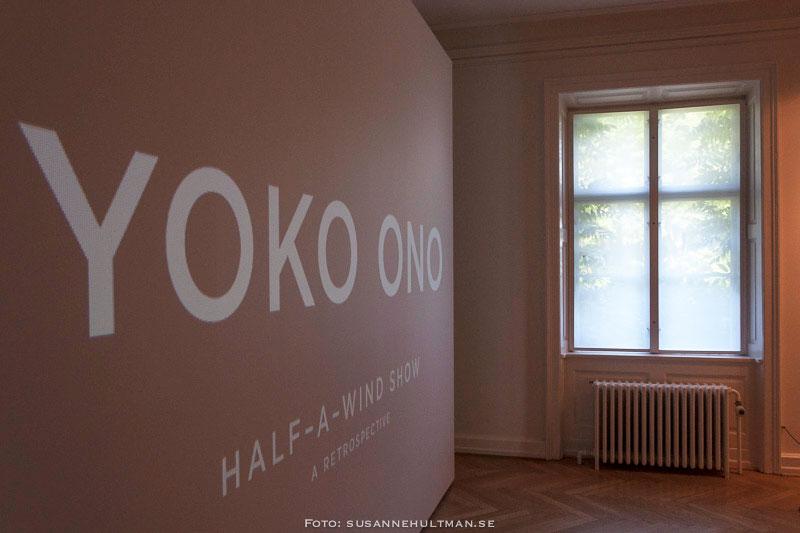 "Texten ""Yoko Ono"" vid dimmigt fönster"
