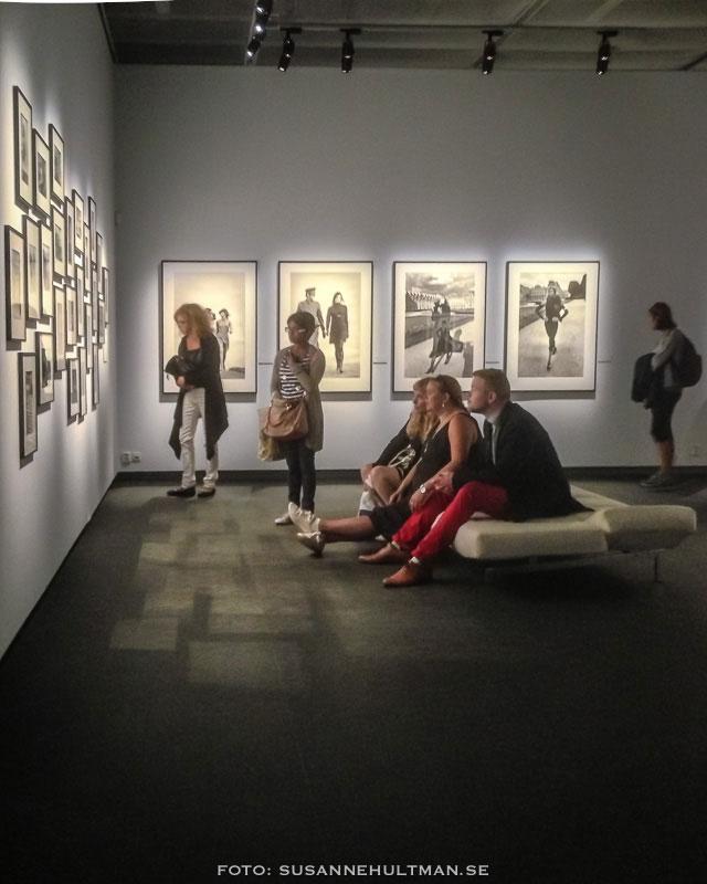 Besökare tittar på Helmut Newtons foton