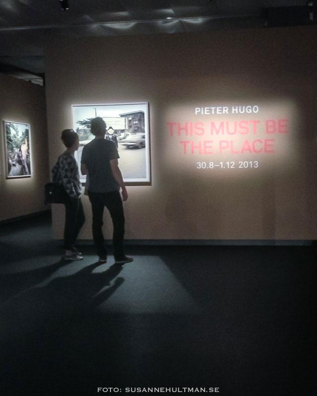 Besökare tittar på Pieter Hugos foton