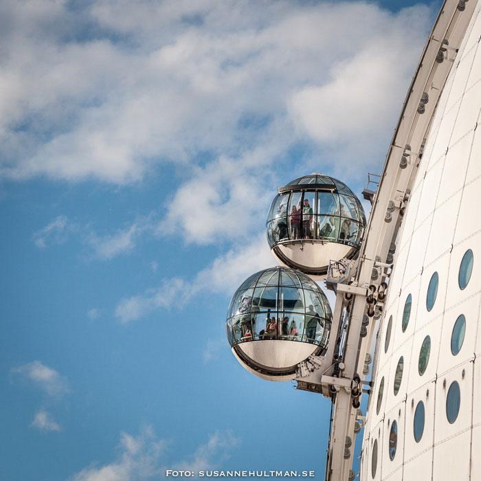 Två hissar som möts utanpå Globen
