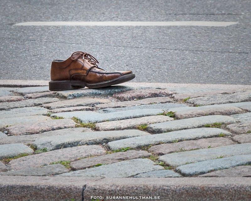 En bortglömd sko på gata i Stockholm