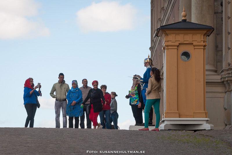 Vaktkur med kvinnlig vakt och turister.