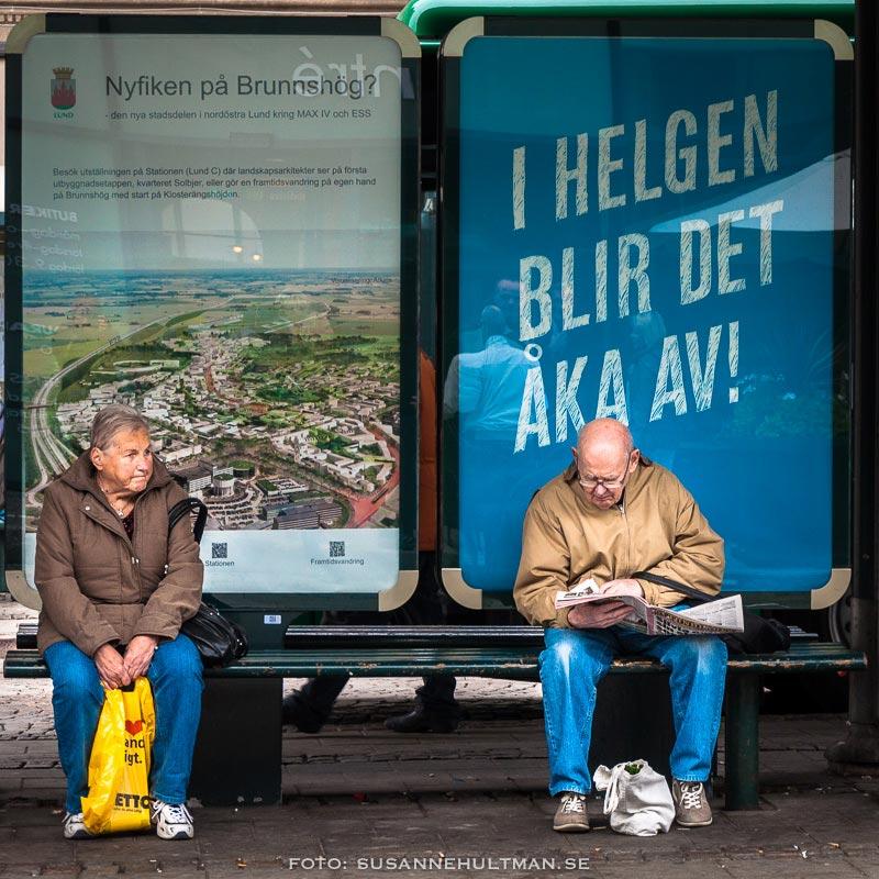 """Busshållplats med skylt """"I helgen blir det åka av!"""""""
