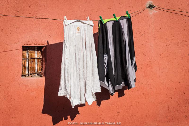 Kläder på tork vid ett fönster