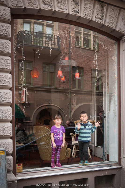 Två barn i fönster