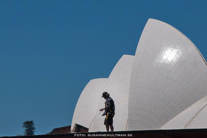En man mot en del av taket på Sydney Opera House