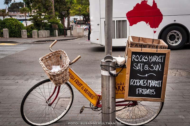 Cykel med skylt om marknad.