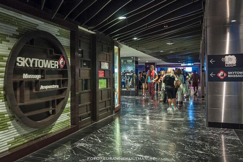 Slutet av kön till Sydney Tower med skyltar om massage