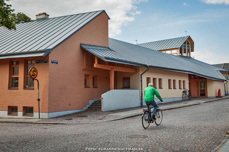 Cyklist på väg mot katolska kyrkan