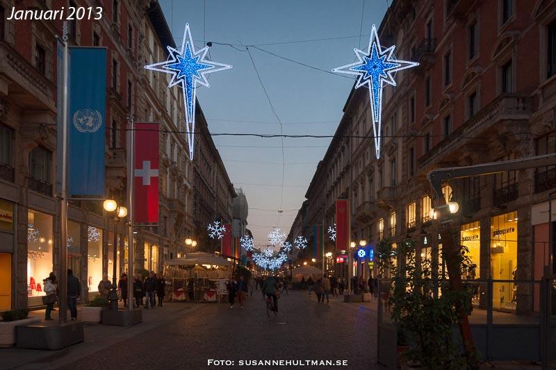 Gata i Milano med julbelysning