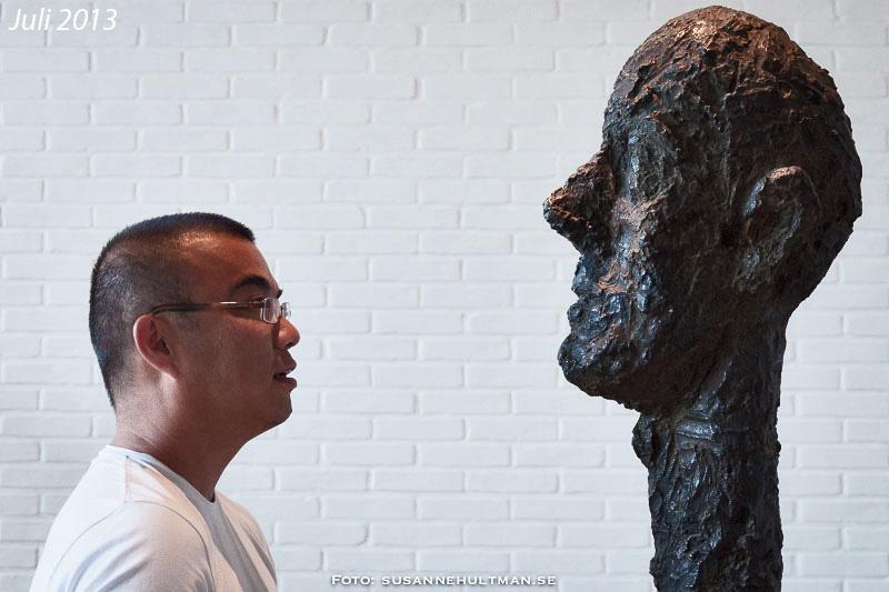 Rei tittar på skulptur av Giacometti
