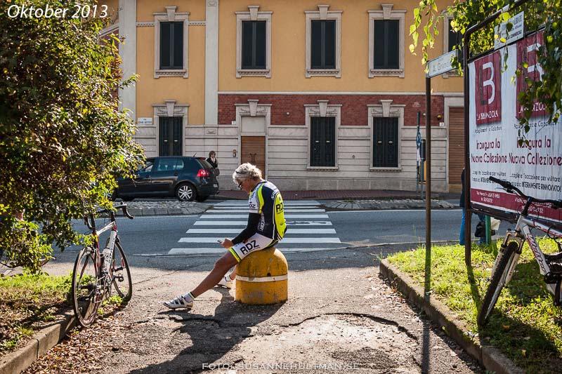Cyklist pausar med sin mobil