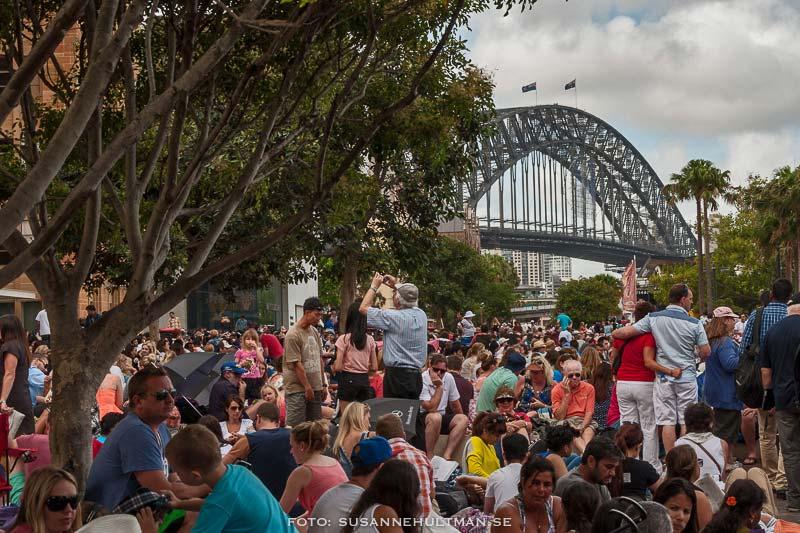 Folkmassa i väntan på fyrverkeri och Harbour Bridge i bakgrunden