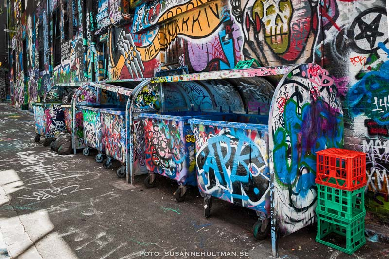 Soptunnor med graffiti