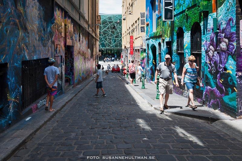 Vägen ut omgiven av graffiti
