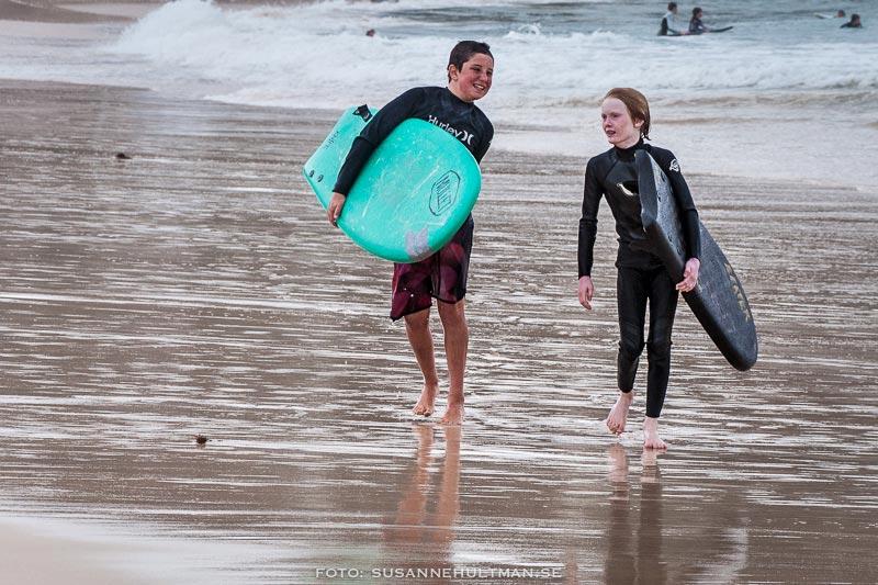 Två unga surfare