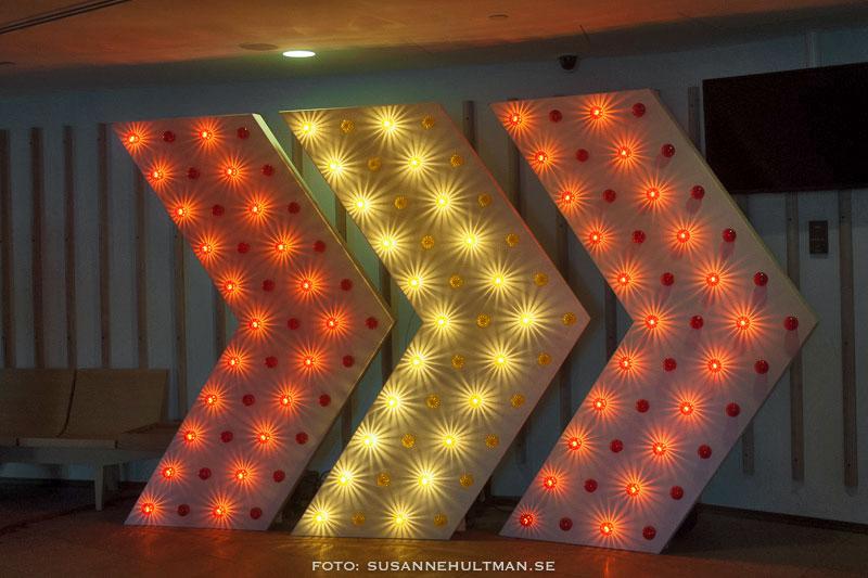 Lampor som formar pilar