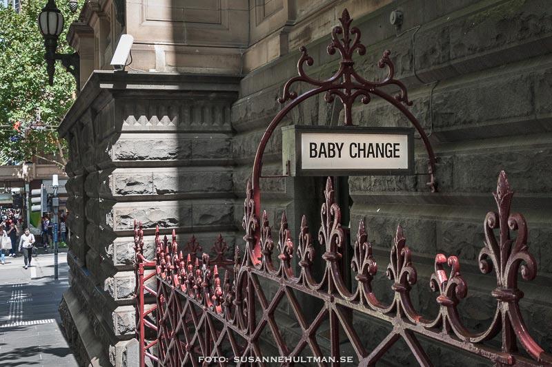 "Skylt med texten ""Baby Change"""
