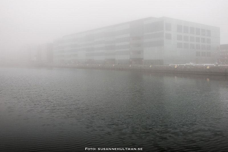 Malmö högskola inhöljt i dimma