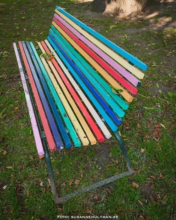 Randig, färgglad bänk