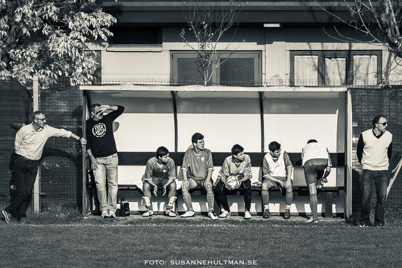 Fotbollslag på bänken.