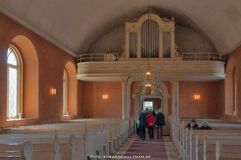 Nästan tomma kyrkbänkar i Örtofta kyrka
