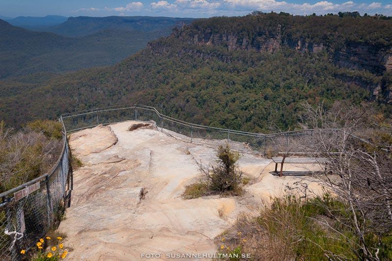 Bänk vid en utsiktspunkt mot Blue Mountains