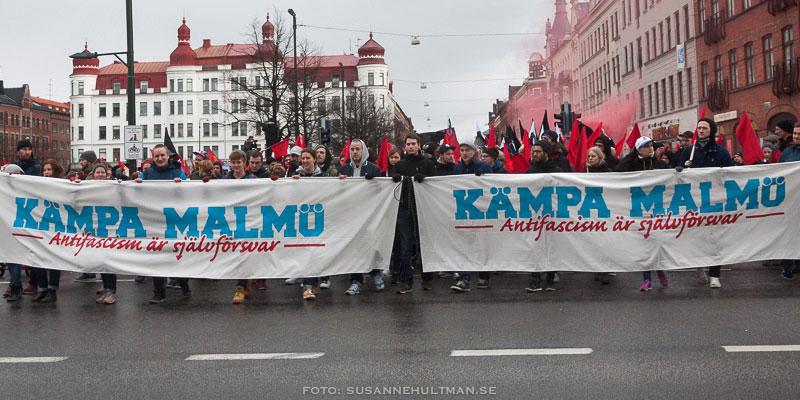 """Täten på demonstrationståget med banderollen """"Kämpa Malmö"""""""