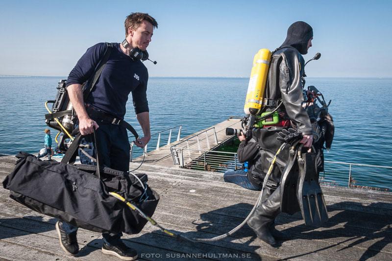 Två brandmän med dykarutrustning